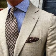 When it comes to matching your ties and pocket squares, only one rule applies and this is that - they shouldn't exactly match. Pocket Square Styles, Tie And Pocket Square, Pliage Pochette Costume, Color Combos, Gentleman, Menswear, Mens Fashion, Suits, How To Wear