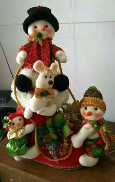 Yael Fernandez's media content and analytics Christmas Baskets, Christmas Gnome, Christmas Wreaths, Christmas Ornaments, Snowman Crafts, Felt Crafts, Diy And Crafts, Christmas Time Is Here, Christmas 2019