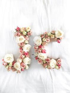 Das perfekte Hochzeitsgeschenk // Blumenbuchstaben als Geschenk // Jetzt das Blooming Monogram DIY auf Puppenzirkus.com entdecken!