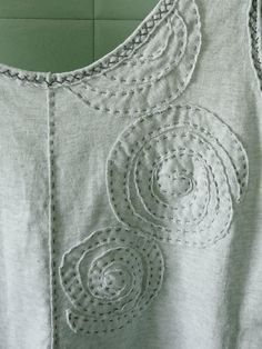 Alabama Chanin fitted top (wearable muslin circle spiral applique The uppermost (partial) circle spiral conceals the logo that was on the front of this thrifted T. Sashiko Embroidery, Embroidery Applique, Embroidery Stitches, Sewing Hacks, Sewing Crafts, Sewing Projects, Embroidery Techniques, Sewing Techniques, Textile Manipulation