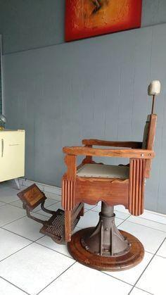 Cadeira De Barbeiro Antiga 1950 Em Madeira Jacarandá - R$ 4.500,00 no MercadoLivre Salon Interior Design, Salon Design, Barber Chair, Outdoor Furniture, Outdoor Decor, Barber Shop, Home Improvement, Table, Papi