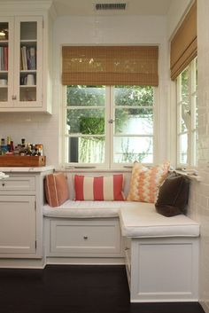 love this cormer window seat. Want a house with a window seat! Corner Window Seats, Window Seat Kitchen, Kitchen Nook, Corner Nook, Kitchen Seating, Corner Windows, Kitchen Decor, Banquette Seating, Bay Windows