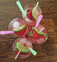 Rhabarber Gin - Unsere leichte Sommeralternative zum klassischen Gin Tonic mit Rhabarbersaft und Gin. Fruchtig herb und schön erfrischend kommt dieser Cockt