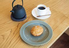 「囀」では筒井蓮根や大和茶など7種類のYAMATOの揚げ菓子210円〜と、ポットサービスのオリジナルブレンドコーヒー680円を。ゆったり時間を過ごしてほしいという石村さんの気持ちから、冷めにくい南部鉄のポットスタイルに。