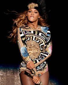 Beyonce in Versace Estilo Beyonce, Beyonce Style, Blue Ivy Carter, Beyonce Knowles Carter, Beyonce And Jay Z, Destiny's Child, Rihanna, Beyonce Performance, Elisabeth Ii