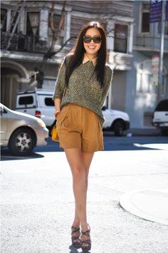shorts alfaiataria, tricô 3/4 sobre camisa, salto