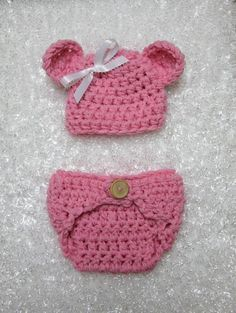 This gorgeous pink newborn photography diaper cover and teddy bear hat set is made from a super soft yarn and is SO adorable! The diaper cover has an oak wood button embellishment and unbuttons for ea