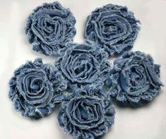 Ideas for Upcycling Those Old Jeans denim flowers - take old jeans and make into these flowers to decorate odds and ends at the barn?denim flowers - take old jeans and make into these flowers to decorate odds and ends at the barn? Jean Crafts, Denim Crafts, Fabric Crafts, Sewing Crafts, Sewing Projects, Fabric Bows, Fabric Flowers, Cloth Flowers, Tiny Flowers