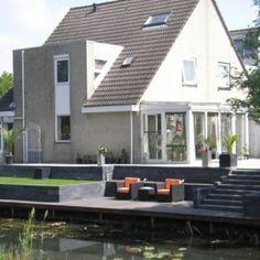 tuin aan het water met niveau verschillen Garden Inspiration, New Homes, Patio, Interior, Outdoor Decor, Retaining Walls, House, Home Decor, Gardens