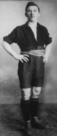 John Harley  Nació en Glasgow Escocia y en 1906 se trasladó a Argentina (que era un ingeniero de ferrocarriles) y jugó para el Club Atlético del Ferrocarril Oeste de Buenos Aires . Después de un partido amistoso entre ambos clubes en 1908, cruzó el Río de la Plata al CURCC (Peñarol) con el que jugó hasta 1920.  'El Yoni' hizo 17 apariciones para Uruguay entre 1909-1916, incluyendo 7 como jugador / entrenador. Es acreditado con traer el enfoque 'Scottish' aprovechado por el fútbol uruguayo.