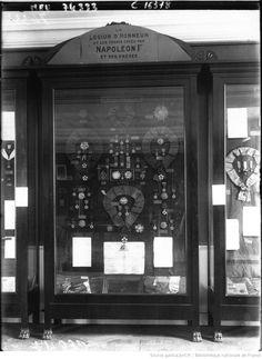 La Malmaison : vitrine des ordres de la Légion d'Honneur depuis Napoléon 1er : [photographie de presse] / Agence Meurisse La Malmaison, Napoleon Josephine, Ark, 19th Century, 18th, Empire, Furniture, Glass Display Case, History