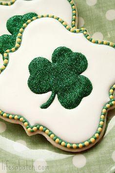 'Life's a Batch' has made Shamrock cookies are just so sparkly lovely! I feel the need to find some disco dust after this post. St Patrick's Day Cookies, Iced Cookies, Cute Cookies, Holiday Cookies, Sugar Cookies, Bolacha Cookies, Disco Dust, Luck Of The Irish, St Patricks Day