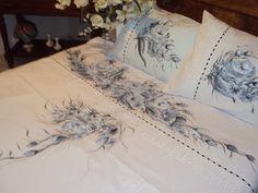 Jogo de lençol ALGODÃO- PERCAL 180 fios <br>BRANCO c/ florais ( rosas) preto e branco. <br> Pintado a mão <br> QUEEM /BOX <br>C/ bordado inglês 7 cm + passa fita <br>4 peças: <br>.2 fronhas : 50 x 70 cm <br>.2 lençóis: 1 vira 2, 40 x 2,65m + 1 c/ elástico <br>Peso:1,600 kg <br>SOB ENCOMENDAS. <br>Grata pela PREFERÊNCIA. <br>REQUINTE E BOM GOSTO p/ sua CASA.