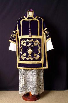 dalmatica traje liturjico tunica de mangas anchas y hasta el codo equivalente al chiton griego