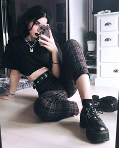 30 Stylish grunge outfits ideas for women. Grunge fashion is trending nowadays and if you love grunge fashion then these designs ideas are just for you. Grunge Look, 90s Grunge, Grunge Style, Estilo Grunge, 90s Fashion Grunge, Hipster Outfits, Grunge Outfits, Edgy Outfits, Fall Outfits