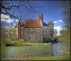 landscapelifescape:    Kasteel Waardenburg / Waardenburg Castle, Netherlands  (via Bert K)