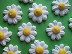 Royal icing daisies  Handmade edible cake decorations and cupcake toppers by SweetSarahsBoutique, $8.50