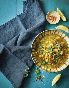 """Une soupe rassasiante idéale quand la météo nous joue des tours.. Découvrez la préparation de la recette """"Soupe de pois cassés au curcuma et à la coriandre"""" Stew, Curry, Veggies, Vegan, Gluten, Healthy Recipes, Cooking, Ethnic Recipes, Kitchen"""