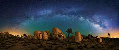 Parque Nacional Joshua Tree e a Via Láctea. Por  Wayne Pinkston.