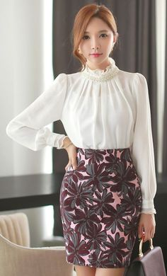 Be Bold, Be Beautiful, and Do You – 10 Printed Skirts That Will Take Your Breath Away! Work Fashion, Modest Fashion, Asian Fashion, Fashion Dresses, Style Fashion, Blouse Styles, Blouse Designs, Look Office, Modele Hijab