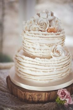 Weddbook ♥ Cute Ruffle Wedding Cakes von Simon Lee Bakery.Photography durch eephotome.com. Weinlese-Hochzeitstorte Ideen. Ruffle Tier
