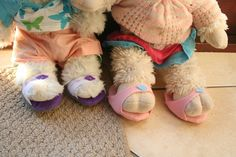 build-a-bear felt and cardboard shoes Teddy Bear Clothes, Pet Clothes, Doll Clothes, Animal Clothes, Sewing Toys, Sewing Crafts, Sewing Projects, Craft Tutorials, Sewing Tutorials