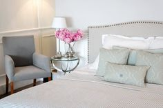 MINT GREY New York Style Interiors | produkty - meble; Łóżko BRISTOL; Beautiful Headboard; Mint Quatrefoil Pillows Cushions