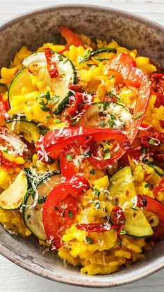 Recipe: Summer risotto with saffron, peppers, zucchini and dried tomatoes. A delicious type of risotto milanese. Italian risotto dish with spices and parmesan! Risotto Dishes, Mexican Food Recipes, Healthy Recipes, Ethnic Recipes, Cooking Box, Saffron Recipes, Hello Fresh Recipes, Risotto, Recipes