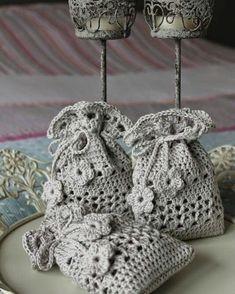 Yesterday I passed a Crochet Sachet, Crochet Drawstring Bag, Crochet Pouch, Crochet Wool, Thread Crochet, Crochet Gifts, Diy Crochet, Crochet Handbags, Crochet Purses