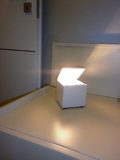 Lampada che illumina un comodino in camera da letto