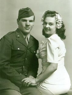 Wartime Wedding – 41 Emotional Vintage Pictures Show the Marriages of Soldiers in the Past 1940s Wedding, Vintage Wedding Photos, Vintage Bridal, Vintage Love, Vintage Pictures, Wedding Pictures, Vintage Weddings, 1940s Photos, Vintage Photographs