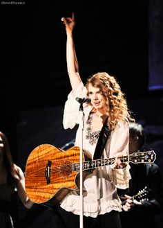 Taylor Swift discovered by Ítalo ☀ on We Heart It Taylor Swift Guitar, Taylor Swift Speak Now, Taylor Swift Fearless, All About Taylor Swift, Taylor Swift Style, Taylor Swift Pictures, Taylor Alison Swift, Fearless Album, Amigurumi