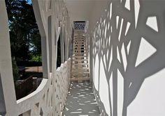 Le cabinet Rocheteau-Saillard Architectes a construit, pour son compte, l'extension d'une villa à la Baule. L'enveloppe de ce nouveau bâtiment est une résille en béton Lafarge Ductal®blanc. Ces panneaux perforés, quasimenttous identiques, s'étendant sur près de 130m² et ont pourdimensions 4.37m x 2.45m pour 7cm d'épaisseur. Ils habillentd'un motif sylvicole la villa, elle-même entourée de pins.© Rocheteau-Saillard Architectes