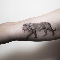 Tatuagem criada por Hongdam da Coréia do Sul. Leão em traços finos.