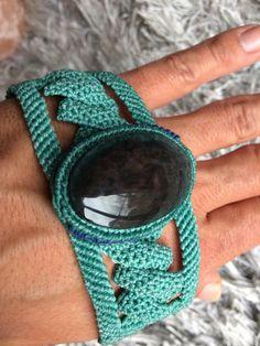 Bracelet très stylé et moderne, réglable à volonté, en macramé avec une obsidienne arc en ciel manta huichol. Il est fait par un ami mexicain très reconnu dans son pays. Son travail est très fin et très soigné, il expose dailleurs dans des boutiques dartisanat de luxe, à Mexico. Bien sûr,