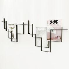 Zwei der Guidelines Zeitschriftenhalter in Dunkelgrau an der Wand