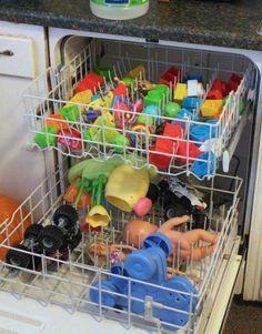 Spielzeug kannst du ganz einfach im Geschirrspüler von Keimen befreien. | 100 geniale Lifehacks für Eltern, die Dein Leben leichter machen
