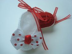 sapatinho feito a mao de croche .  material;linha 100% algodao.   cor;branco com solado vermelho e laco de bolinhas.  tamanho do laco 5 cm .  tamanho do sapatinho;8 cm de solinha, para bebe de 0 a 2 meses,para outros tamanhos entre em contato.