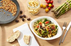 INSALATA DI PASTA MEDITERRANEA   Pastasalat mit hausgemachten Penne, grünem Spargel, halbgetrockneten Tomaten, gerösteten Pinienkernen, Rucola, Oliven, roten und gelben Kirschtomaten und Balsamicodressing.
