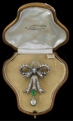 A diamond brooch total weight c. 11 ct. gold 585 and silver, old-cut diamond tears c. 1.40 ct, old-cut brilliants and diamonds total weight c. 9.60 ct, emerald c. 0.75 ct, detachable pendant element, workmanship c. 1900, 19 g, case, emerald with surface marks
