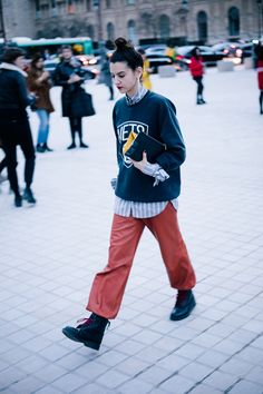 The best of Paris street style in the coldest February since in 2020 New Street Style, Street Style Trends, Street Style Women, Tomboy Street Style, Style Parisienne, Straight Cut Jeans, Fashion 2017, Fashion Trends, Fashion Blogs