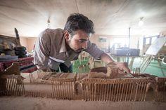 Artistas sírios constroem réplicas dos monumentos destruídos pela guerra em seu país