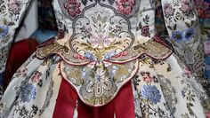 Galería de Fotos ★ Pinazo y Burlay ® Renaissance Clothing, Historical Clothing, Colonial Dresses, Beautiful Dresses, Nice Dresses, French Lady, Period Outfit, Corsets, Dress Making