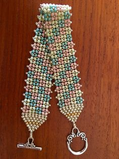 flat chenille stitch bracelet  11/0 Diy Bracelets Instructions, Bracelet Tutorial, O Beads, Crystal Beads, Beaded Necklace Patterns, Beading Patterns, Wire Jewelry Designs, Fabric Origami, Seed Bead Bracelets
