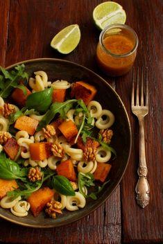 Sałatka z dynią pieczoną! | SMYKWKUCHNI Pasta Salad, Cobb Salad, Mozzarella, Ethnic Recipes, Fitness, Diet, Crab Pasta Salad