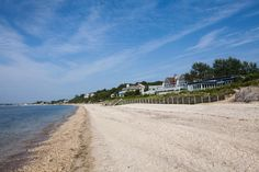 Hamptons Style: 7 Useful Tips How to Create the Relaxing Atmosphere on the Coast, фото № 4 Hamptons Style Homes, Hamptons Decor, The Hamptons, Hamptons Living Room, Coastal Living Rooms, Blue Lamp Shade, Blue And White Living Room, Old Town Alexandria, Beach Design