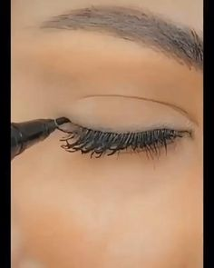 Eyebrow Makeup Tips, Beauty Makeup, Hooded Eye Makeup Tutorial, Eye Liner Tricks, How To Wear Makeup, Dark Makeup, Makeup Techniques, Tips Belleza, Beauty Hacks Video