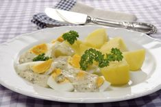 Salata de cartofi si oua cu sos olandez | Jurnal de reţete Cantaloupe, Good Food, Eggs, Fruit, Breakfast, Salads, Breakfast Cafe, Egg, Healthy Food
