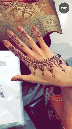 ❤❤In our school we were not allowed to apply mehndi even during Eid because the brownish orange colour of henna would stay for atleast 2 wee. Eid Mehndi Designs, Henna Tattoo Designs, Henna Tatoos, Mehndi Patterns, Henna Designs Easy, Tattoo Trend, Henna Mehndi, Mehendi, Arabic Mehndi