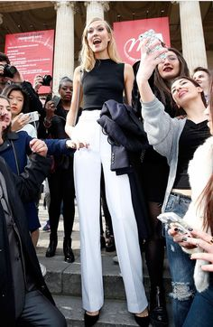 Karlie Kloss rocks sexy thigh-slit black dress for Mugler PFW show - Celebrity Fashion Trends Moda Chic, Moda Boho, Tall Girl Outfits, Ladies Outfits, Moda Hipster, Tall Girl Problems, Tall Women Fashion, Moda Outfits, Tall People
